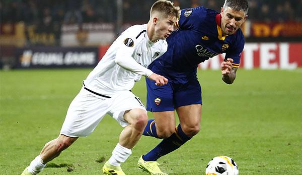 Romano Schmid in a duel with AS Roma's Aleksandar Kolarov