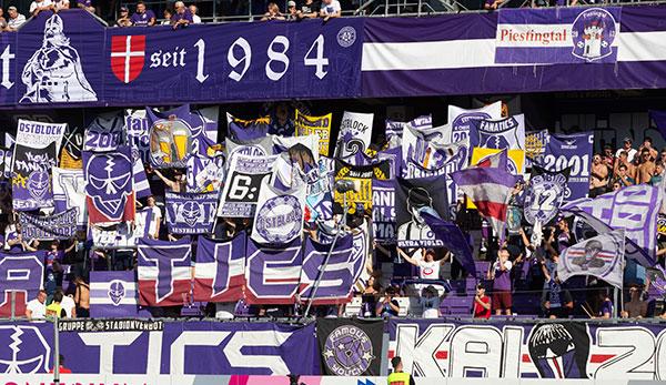 Im Austria-Block: Banner im Reichskriegsflaggen-Design bei Derby zu sehen