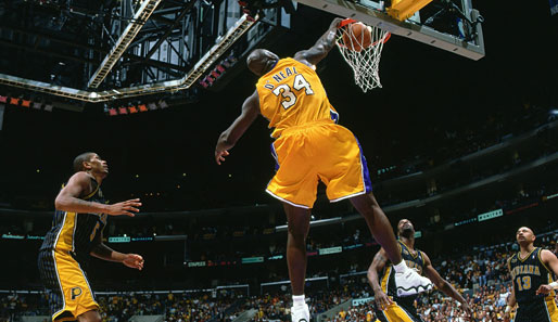 Shaq throws it down!