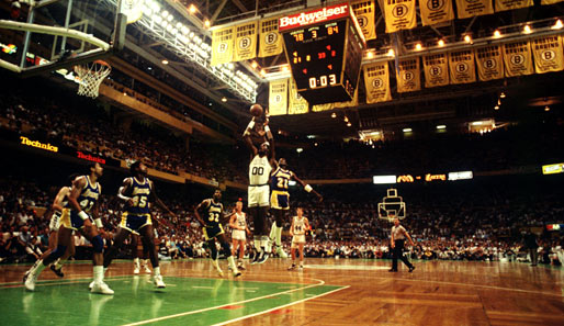 Finals 1987: Robert Parrish in Aktion. Wieder gewannen die Lakers. 4-2 hieß es damals, und Magic Johnson war Finals-MVP