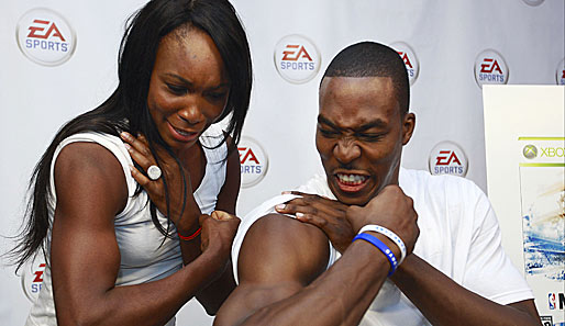 Werbetermin: Tennis-Ass Venus Williams (l.) und Dwight Howard (r.) von den Orlando Magic im Muckivergleich
