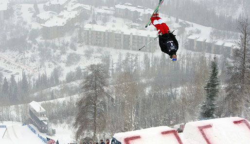 Das Winter Wonderland aus ungewohnter Perspektive betrachtet Jimmy Discoe (was ein Name!) bei den Freestyle Buckelpisten Olympia Trials der Amerikaner in Steamboat, CO