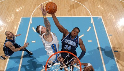 """Not in my house""! Chris Andersen (l.) von den Denver Nuggets blockt in der NBA den zum Korb stürmenden Paul Millsap (r.) von den Utah Jazz"