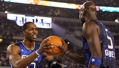 Feel the Power - Kevin Garnett und Dwight Howard versuchen, den Ball durch Handauflegen zu manipulieren