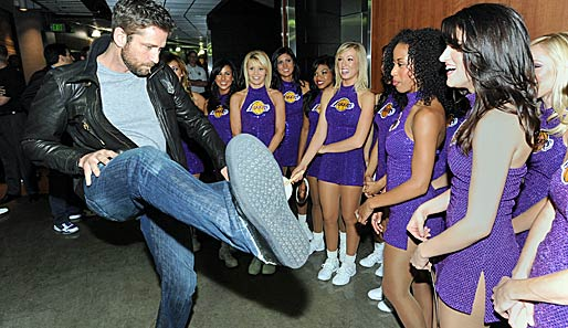 "Do the Butler-Dance: Schauspieler Gerard Butler (u.a. ""300"", ""Gesetz der Rache"") mit den Cheerleadern der Los Angeles Lakers"