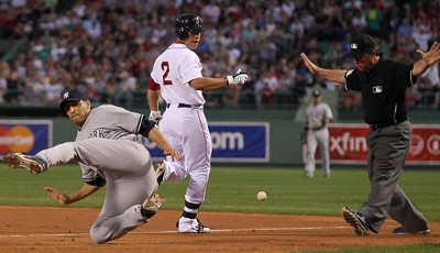 Hoch das Bein: Jacoby Ellsbury (l.) von den Boston Red Sox erreicht im MLB-Spiel gegen die New York Yankees die First Base in interessanter Pose
