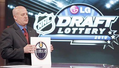 And the winner is: NHL-Deputy-Commissioner Bill Daly zieht die Edmonton Oilers an erster Stelle der Draft Lottery