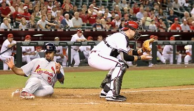 Im Rücken von Catcher Chris Snyder (r.) erreicht Albert Pujols die Home Plate. Die St. Louis Cardinals besiegten die Arizona Diamondbacks mit 4:2