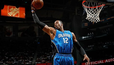 Das nennt man dann wohl einen No-Look-Dunk: Dwight Howard von den Orlando Magic monstert den Ball im NBA-Playoff-Viertelfinale gegen die Atlanta Hawks in den Korb