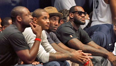 Die ultimative Ladung Basketball-Prominenz: Dwyane Wade, Carmelo Anthony, Amare Stoudemire und LeBron James (v.l.) als Zuschauer beim World Basketball Festival in N.Y.