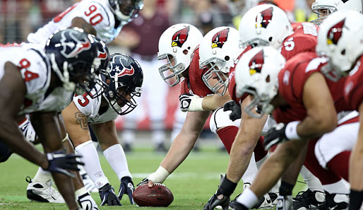 Adrenalin Pur beim Preseason-NFL-Spiel zwischen den Houston Texans und den Arizona Cardinals. Noch hat Cardinals-Center Lyle Sendlein die Hand am Ball