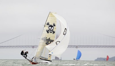 Welch Kulisse beim Skiff International Race in San Francisco: Vor der Golden Gate Bridge führt das Appliance Online Team das Segler-Feld an. Nur das Wetter könnte besser sein