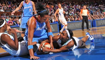 Infight beim Basketball in der WNBA: Cappie Pondexter von New York Liberty streitet sich mit Erika de Souza von Atlanta Dream um den Ball