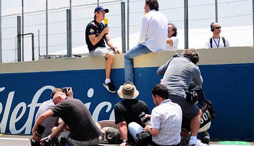 Training: Gruppenbild mit Dame - Sport Formel 1 Saison 2010
