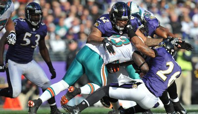 Baltimore Ravens - Miami Dolphins 26:10: Baltimores Terrence Cody (M.) tackelt Dolphins-Running-Back Ronnie Brown