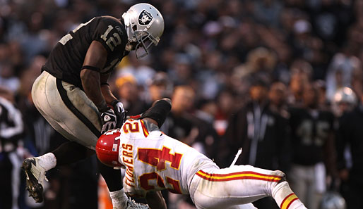 Oakland Raiders - Kansas City Chiefs 23:20 n.V.: Spektakulärer Catch von Raiders-Wide-Receiver Jacoby Ford (l.) im Zweikampf mit Brandon Flowers