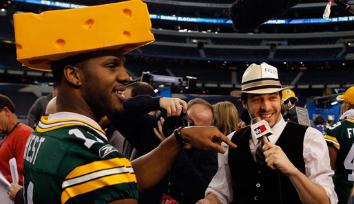 Chastin West, der alte Cheesehead: Der Wide Receiver der Green Bay Packers albert beim Super-Bowl-Media-Day mit einem top-gestylten Reporter herum