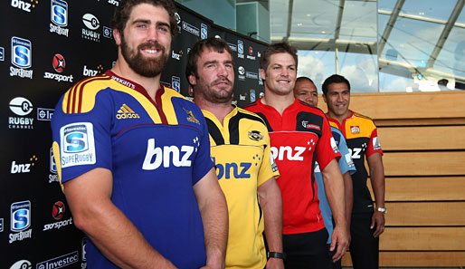 "Die ""New Zealand Super Rugby Captains"": Jamie Mackintosh, Andrew Hore, Richie McCaw, Keven Mealamu, Mils Muliaina (v.l.). Sieht eher nach ""Strongest Man Contest"" aus"