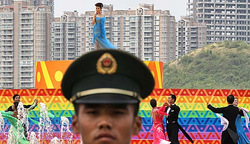 Was hat das mit Sport zu tun? Ganz einfach, es ist eine Party im Rahmen der Traditional Games of Ethnic Minorities in China. Ein grimmiger Polizist überwacht das bunte Treiben