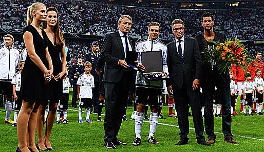 Den ersten Grund zum Feiern gab es bereits vor dem Spiel: Kapitän Philipp Lahm wurde für sein 100. Länderspiel geehrt und Capitano Michael Ballack bekam seinen ehrenvollen Abschied