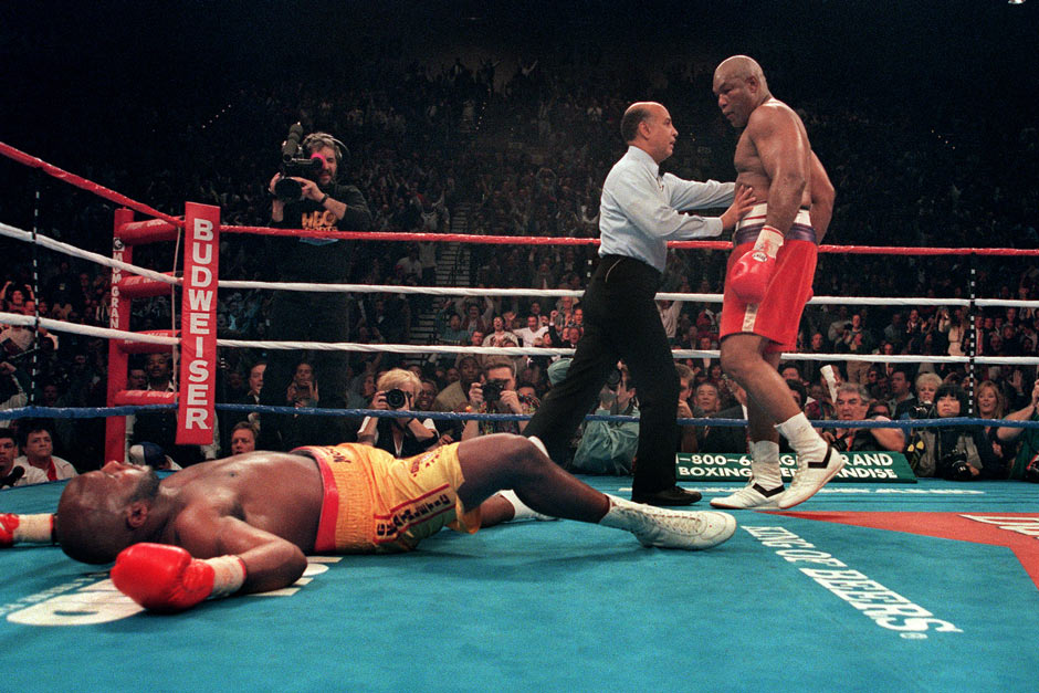 "5. November 1994, Paradise/Nevada: 20 Jahre nach dem ""Rumble in the Jungle"" haut George Foreman Champion Michael Moorer in der 10. Runde um. Mit 45 Jahren und 360 Tagen ist ""Big"" der älteste Schwergewichtsweltmeister aller Zeiten"