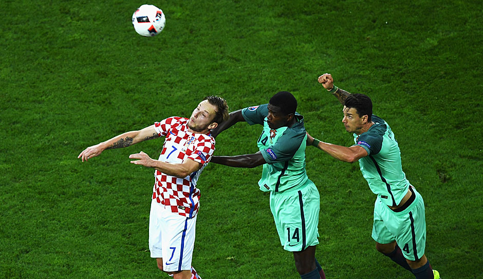 Ivan Perisic, William Carvalho und Jose Fonte tanzen Polonaise