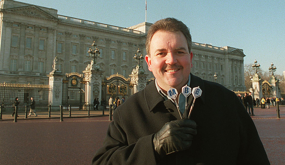 Very british: Phil Taylor posiert vor dem Buckingham Palace in London. Und zwar als Member of the Order of the British Empire