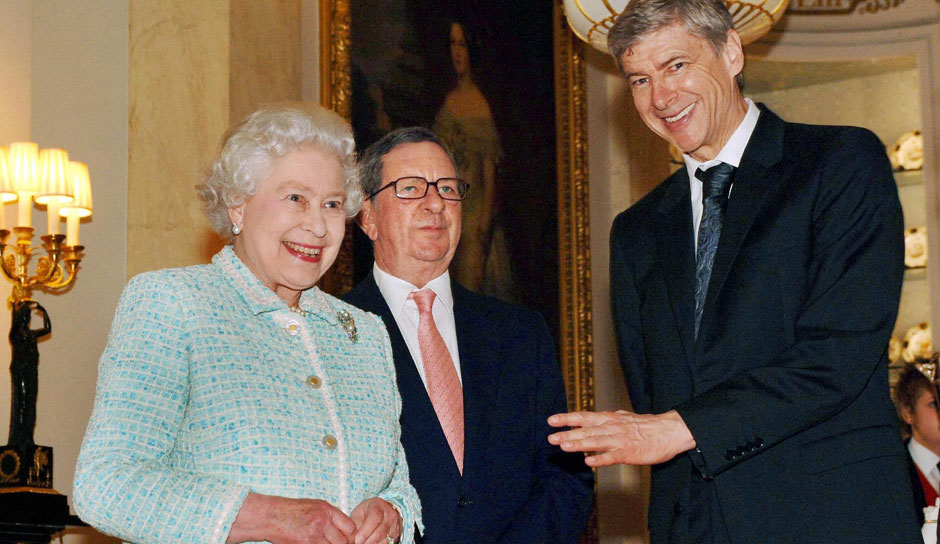 Derweil im Buckingham Palace: Arsene Wenger als Officer of the Order of the British Empire im Plausch mit Königin Elizabeth II.