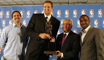 2007 wird Dirk Nowitzki als Most Valuable Player ausgezeichnet. Mark Cuban, David Stern und Avery Johnson gratulieren