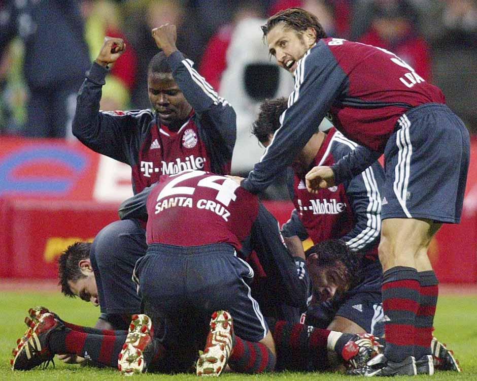 8.12.2002: Jubelstürme beim FCB. In der 66. Minute dreht Willy Sagnol die Partie und erzielt das 2:1-Siegtor.