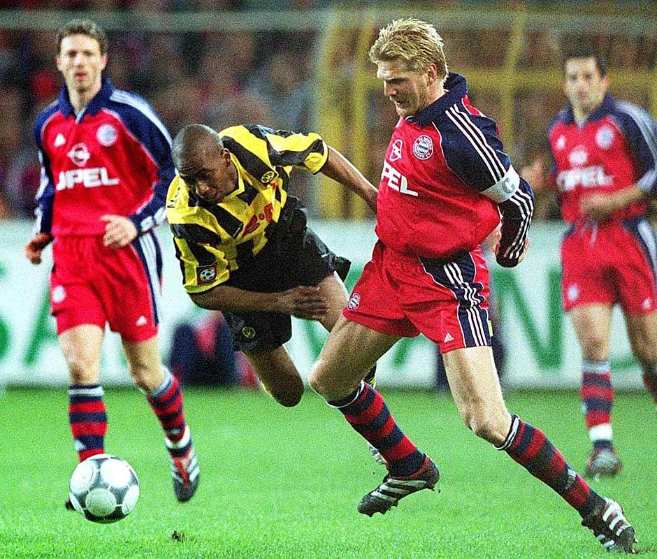 7.4.2001: Beim diesem 1:1 geht es ruppig zu. Schiedsrichter Hartmut Strampe hat alle Hände voll zu tun