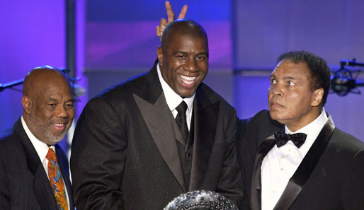 "Magic Johnson 2005 bei der Gala ""A midsummer night's magic"" mit Howard Bingham und Muhammad Ali"