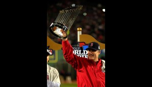 Da ist das Ding: Manager John Farrell liftet die World Series Trophy