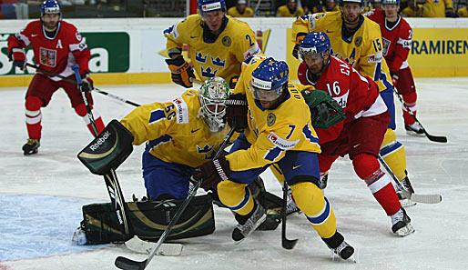 Schwedens goalie jonas gustavsson li und johnny oduya klären