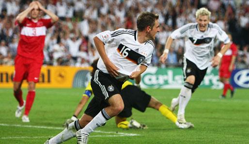 Philipp lahm bejubelt mit bastian schweinsteiger seinen treffer im em