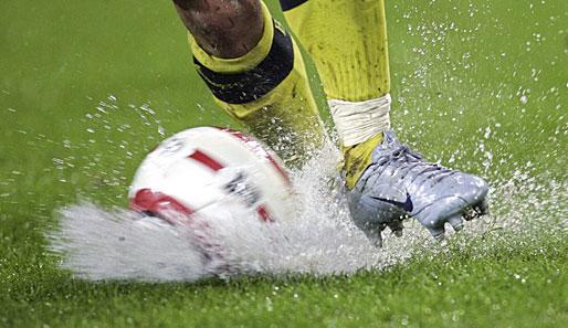 Bildergebnis für Regen fussballplatz