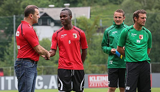 Manfred Paula (l.) begrüßt Knowledge Musona im Trainingslager. Rechts Trainer Markus Weinzierl