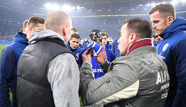 Schalke-Fans haben nach der Pleite gegen Düsseldorf Benjamin Stambouli die Kapitänsbinde entrissen.