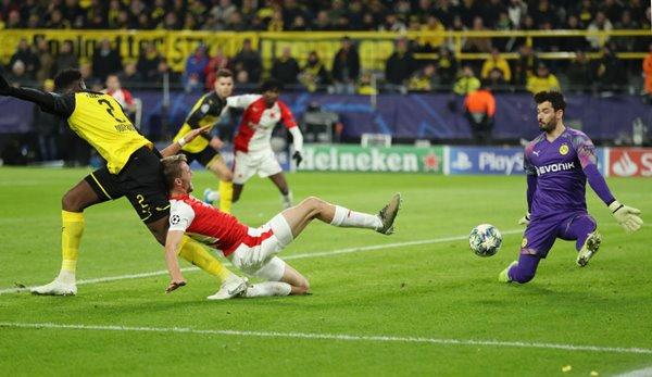 Dortmund keeper Roman Bürki (r.) Is currently in excellent form.