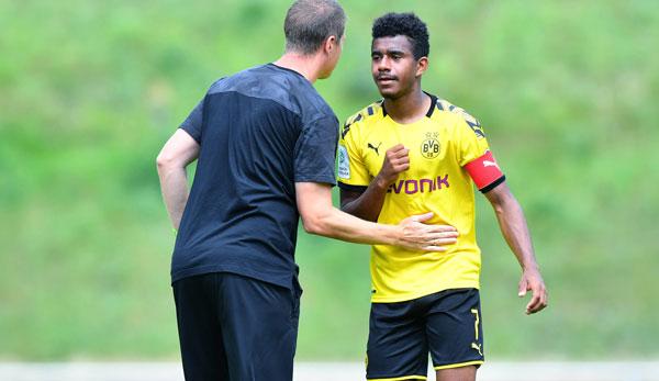Ansgar Knauff au BVB U19 en conversation avec l'entraîneur Mike Tullberg.