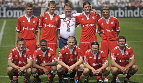 Pranjic (untere Reihe, 4. v. l.) war einer von neun Neuzugängen, die van Gaal im Sommer 2009 mit zum FC Bayern brachte.