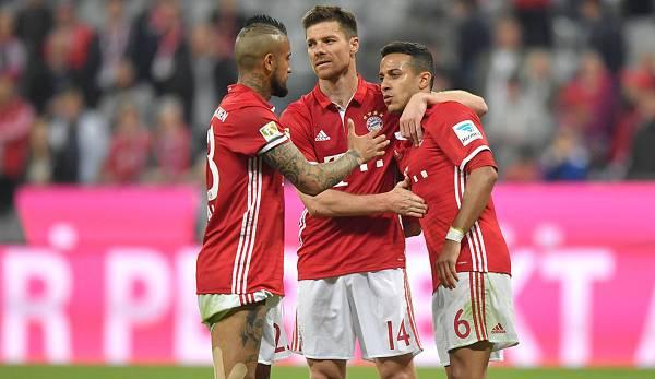 Xabi Alonso (centre) a été particulièrement impressionné par la performance de Thiago au Bayern.