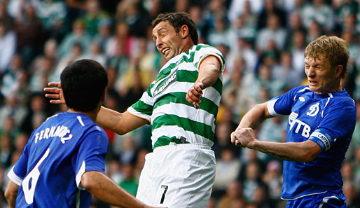 Kapitän Scott McDonald (M.) zieht mit Celtic Glasgow in die Playoffs der Champions League ein