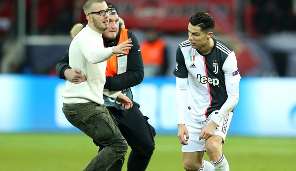 Gauntlet for Cristiano Ronaldo: Found again and again in Leverkusen fans of the Portuguese road to the pitch.