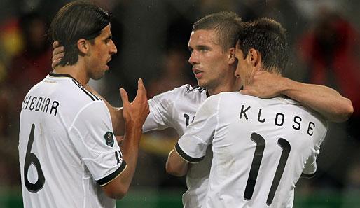 Zweiter Sieg im zweiten Spiel: Khedira (l.), Podolski und Klose feiern das 6:1 gegen Aserbaidschan