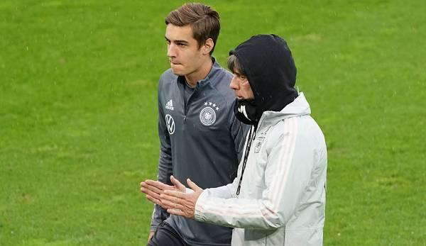Florian Neuhaus (à g.) Dans la formation de l'équipe nationale allemande avec l'entraîneur national Joachim Löw.
