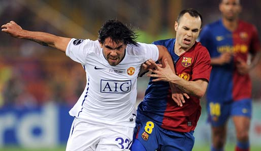 Carlos Tevez (r.) hier im Duell mit Barcelona-Star Andres Iniesta