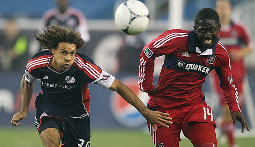 Kevin Alston (l.) von the New England Revolution im Duell mit Patrick Nyarko (r.) von Chicago Fire