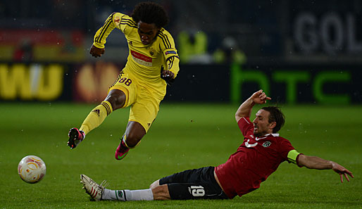 Willian (l.) im Duell mit Hannovers Christian Schulz