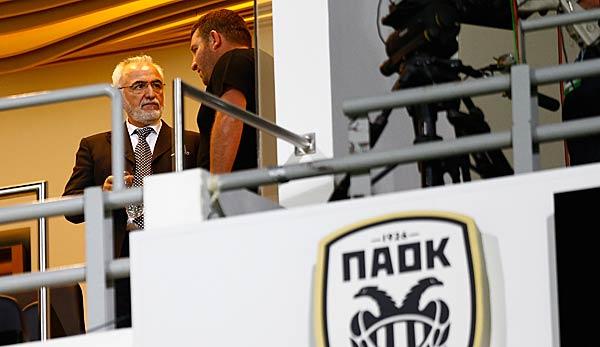 Präsident Ivan Savvidis stürmt auf den Platz Spielabbruch bei PAOK Saloniki
